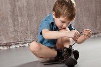 Junge Schuhe binden