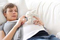 Frau liegend Sofa
