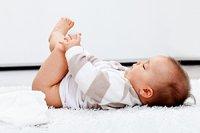 Baby greift nach Füßchen