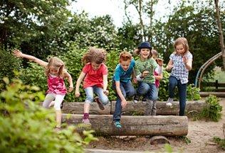 tobende Kinder im Wald