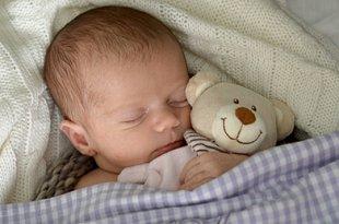 Baby schlafend mit Teddy