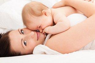 Mutter kuschelt mit Baby