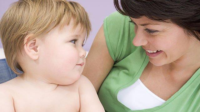 Mutter Kleinkind Blickkontakt