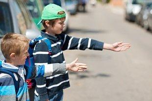 Jungs im Straßenverkehr