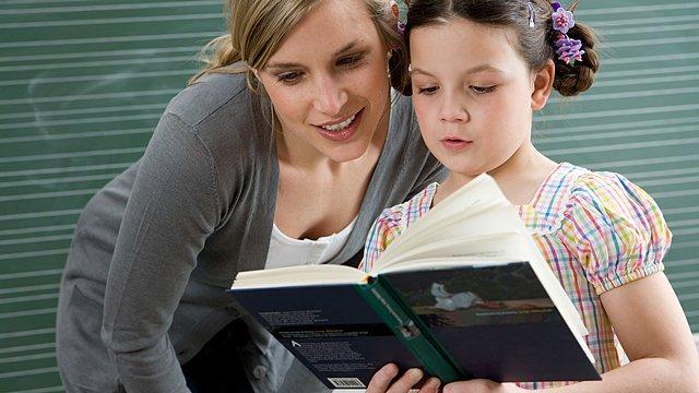 Lehrerin und Schülerin lesen