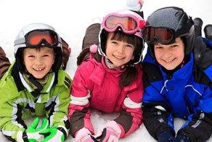 Drei Kinder im Schnee