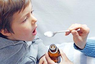 Junge Medizin Löffel