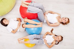 Mutter und Kinder mit Gymnastikbällen