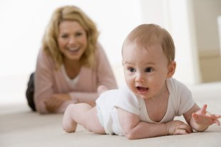 Mutter Baby krabbelt