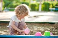 Kind Spielplatz Sommer Teaser