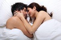 Paar Bett Kuscheln