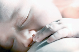Neugeborenes Brust Stillen