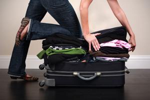 Frau packt Koffer zu voll