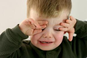 Kleiner Junge krank weint