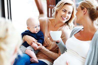 Schwangere Freundin mit Baby