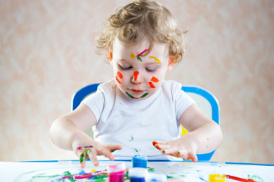 Kleinkind konzentriert