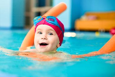 Vaeter kinder baby schwimmen lernen papa