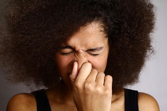 Hinhocken und niesen