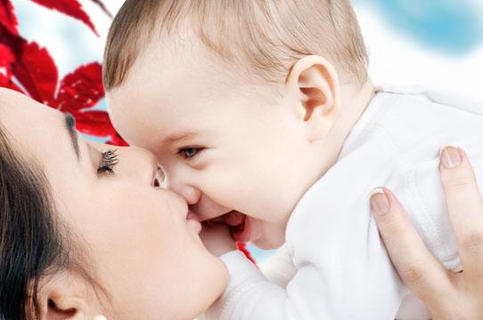 Ein Kuss für Babys Nase