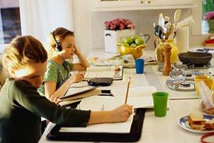 Maedchen Hausaufgaben Kueche