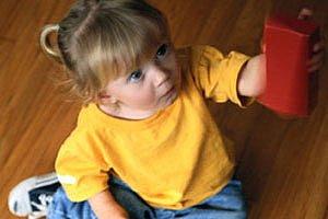 Kleinkind mit Baukloetzen