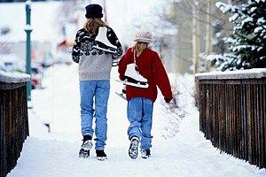 Kinder verschneiter Gehweg