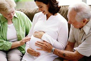 Schwangere mit Eltern
