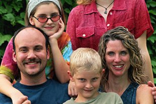 Familie drei Kinder Garten