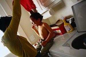Kind auf Waschmaschine