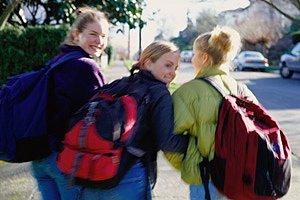 Maedchen Schulweg lachen