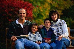 Familie auf Gartenbank