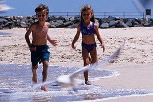 Kinder laufen am Strand