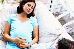 Schwangere Sofa Mann