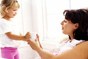 Mutter aufmerksames Kind Tasse