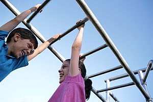 Kinder am Klettergeruest