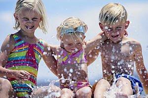 Kinder planschen im Meer
