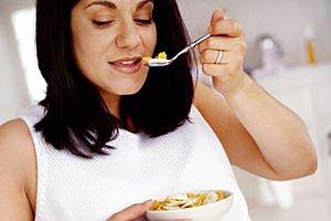 Schwangere isst Cornflakes