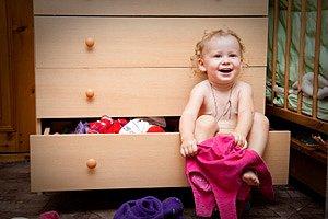 Baby anziehen vor Kommode
