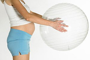 Schwangere haelt Gymnastikball iStock phbcz