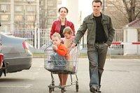 Eltern Kinder im Einkaufswagen