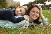 Mutter Kind liegend Wiese iStock imagesbyBarbara