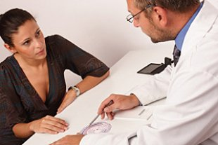 Frau Arzt Gerspraech Tisch iStock endopack