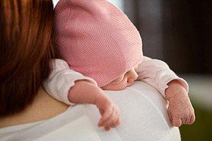Neugeborenes Schulter Mutter iStock molka