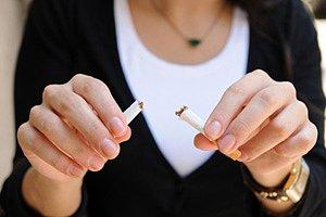 Frau zerbricht Zigarette iStock Soyhan
