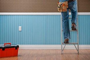 Mann Handwerken auf Leiter iStock Spiderstock