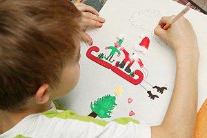 Junge malt Weihnachtsbild