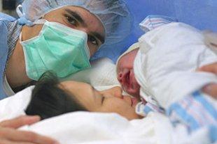 Eltern Baby nach Kaiserschnitt