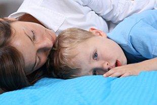 Mutter schlaeft Sohn wach