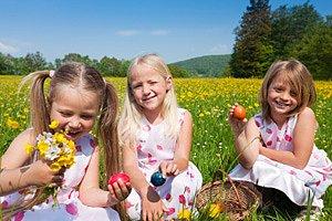 Drei Maedchen Wiese Ostern