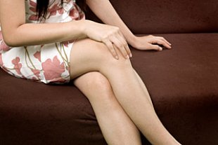 Frauenbeine ueberschlagen